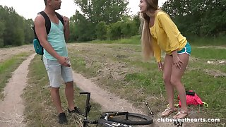 Outdoor quickie between a alluring stranger and sexy Mary Shake