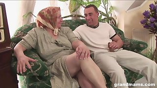 Mature portliness bodied housewife gives unequivocally a sensual existing blowjob